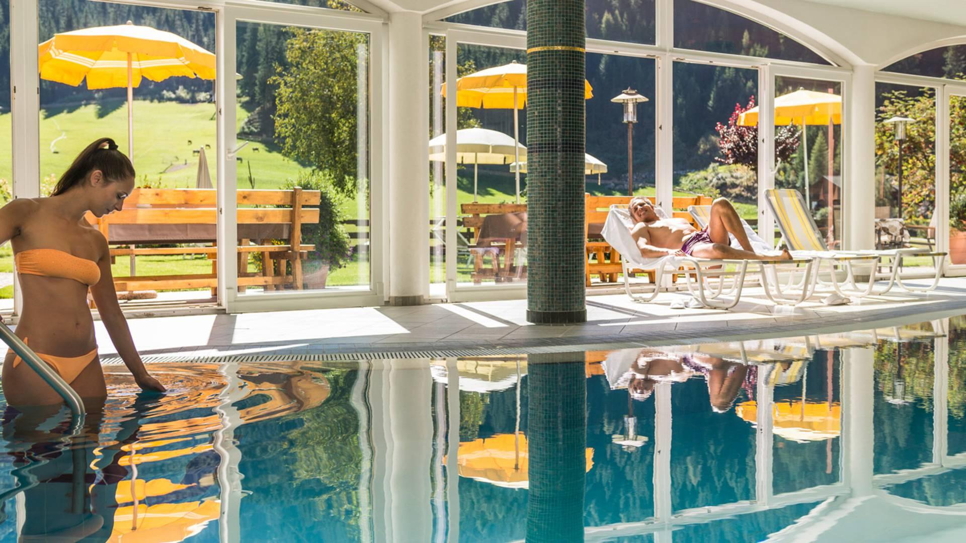 Un hotel con piscina coperta offre vero relax for Piani lussuosi con piscina coperta